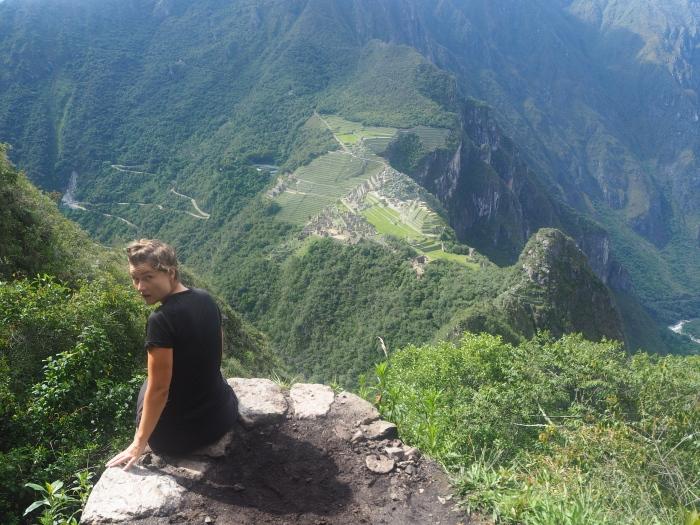 Wayna Picchu. Presque au sommet! Les ruines du Machu Picchu en contrebas